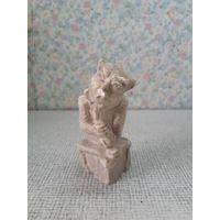 Статуэтка гоблина (или тролля), грызущего кость