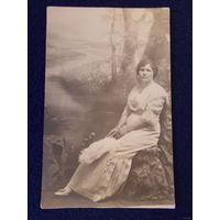 Почтовая карточка царских времен, дама с веером