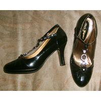 Чёрные лаковые туфли с интересной отделкой р-р 37