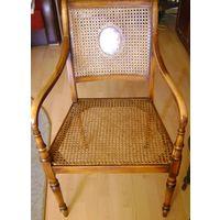 Кресло старинное из ротанга.
