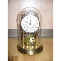 Часы в стеклянной колбе