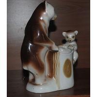Фарфоровая статуэтка карандашница Медведи (На досуге) Полонное ЗХК.