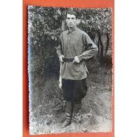 Фото мужика в галифе, сапогах и гимнастерке. 1930-е. 11.5х17 см.