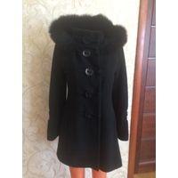 Пальто на +-48 размер, до -5 точно. Пальто деми, но я носила до -5 без проблем. Капюшон с натуральным мехом,  капюшон отстегивается. Длина 80 см, длина рукава 64 см, ПОгруди 46 см, ПОталии  43 см, ПОб