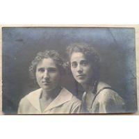 Фото двух девушек. 1930-е. 9х13.5 см