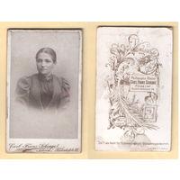 Кабинет-фото / Портрет девушки в платье с брошью / Carl Franz Schrage, Neheim