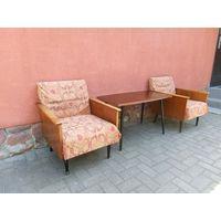 Кресла винтажные пара и столик одним лотом