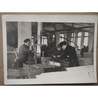 Фото в заводском цеху. 1950-е. 13х18 см.