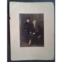 Фотопортрет матери и сына. 1930-е. 9х11 см.