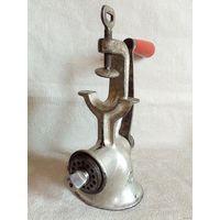 Мясорубка чугунная стародавней кострукции по назначению, в коллекцию или для декора