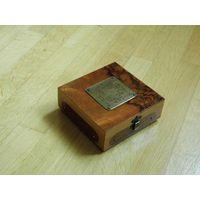 Красивая винтажная деревянная лакированная шкатулка.