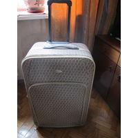 Большой чемодан на колесиках