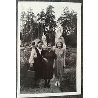 """Фото на фоне гипсовых вождей. 1953 г. Москва д/о """"Ильинское"""". 9х13 см."""