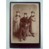 Фотография Дворянина,Управляющего имением Скоропадских в Полошках,Франца Михайловича Контрым с сыновьями.Глухов.1891 год