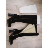 Сапоги женские Martin Collection.36 размер.По стельке 23 см.В идеальном состоянии. Одеты 1 раз.Черные.Натуральный замш. Натуральный мех,овчина.Высота от подошвы-51 см. Высота от пятки-42 см.Каблук-9см