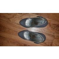 Туфли женские, серого цвета, 37 размер. По стельке 23,5. Есть небольшие потертости видно на фото.