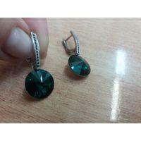 Стильные серьги с зелеными красивейшими камнями Сваровски