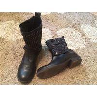 Фирменные стильные ботинки  STRATEGIA на 38 размер, из качественной натуральной кожи, стильно украшены металлическими заклепками. Покупала за шестьсот долларов. Состояние в общем хорошее, нужно поменя