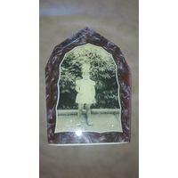 Старое фото девочки в оригинальной рамке