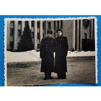Фото военных возле Минского Дома офицеров. 8.5х12 см