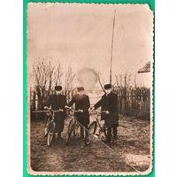 """Фото сельских """"бугров""""-велосипедистов. 1950-60-е. 8х11 см"""