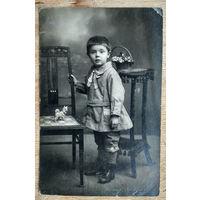 Фото ребенка с игрушкой. 9х13.5 см. До 1917 г?.