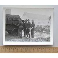 Групповое фото Немецкие солдаты на хозяйственных работах Германия WWII вид 1