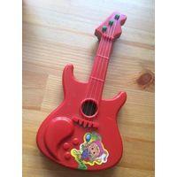 Гитара и микрофон пластиковые, отлично подходят для безопасной игры детям. Размер гитара 19,5 на 9 см, Микрофон длина 15 см. Не пользовались, лежат дома без дела и ищут своего хозяина.
