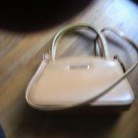 Небольшая сумочка с плечевым ремнем.фирменная