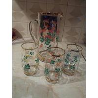 Кувшин со стаканами.