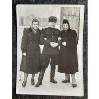 Фото в компании с военным. 1950-е. 9х12 см