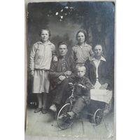 Семейное фото. Ребенок. Велосипед. 1920-е. 9х13,5 см.