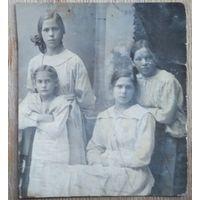 Фото четырех девушек. 1920 г. 7х9 см