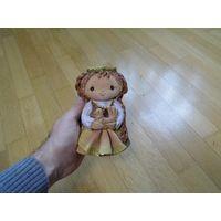 Девочка в национальной одежде с птичкой фигурка глиняная