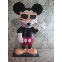 Раритетная статуэтка Микки Мауса1999 г.Серия Disneyland.Серия состояла из 4-ёх частей:голова,тело,штаны,ноги.В голове диапроектор со слайдами фоток Диснейленда,тело-водный пистолет,штаны-бинокль,ноги