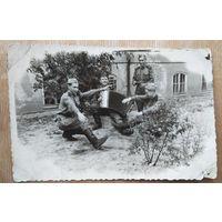 Фото солдат на отдыхе. 1950-е. 7.5х11 см
