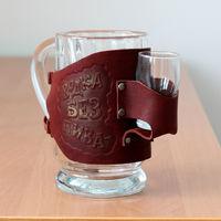 """Подарочный пивной бокал в кожаном кожухе и стопка фирмы """"Макей""""."""