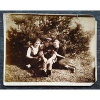 Фото в компании с военным. 1942 г. 9х12 см.