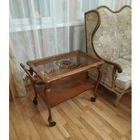 Антикварный,из довоенной Германии сервировочный стол,бар на колесиках.Чипендейль стиль.Орех с венским плетением.