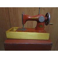 Старая детская швейная машинка в миниатюре