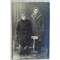 Фото Галины Садыковой с подругой на память тете Тине. 1932 г. 9х14 см (Из фотографий семьи Виноградовых)