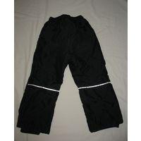 Штаны черные болоневые на синтепоне Jonathan city, рост 104. Длина штанин по наружному шву 62 см, по внутреннему шву 40 см, обхват талии 44-54 см (пояс-резинка, регулируемый карабином), обхват бедер 7