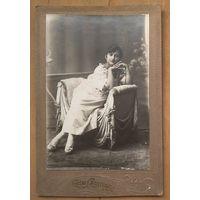 Фото дамы в кресле. До 1917 г. 12х18 см.