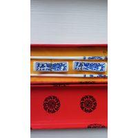 Набор из двух новых керамических сине белых китайских палочек в Восточных тонах. Коллекционные обеденные палочки.