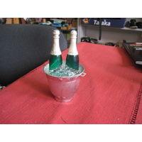 Шампанское в ведерке. Советский пластмассовый сувенир, 14 см.