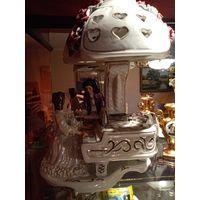 Антикварная фарфоровая настольная лампа в стиле Барокко.    Музыкальный дуэт очень яркий,красочный,здесь шикарный рояль,цветочные букеты,скрипка,ноты.      Фарфоровый абажур в виде цветочного каскада,