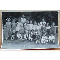 Фото детей в пионерском лагере. 1960-е. 11х17 см.