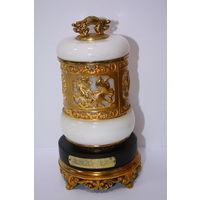 Красивая шкатулка или емкость для меда или специй или сахарница