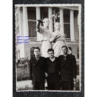 Минск. Фото у главого корпуса БПИ. 1950-е. 9х12 см.