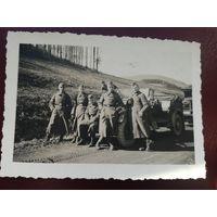 Солдаты Вермахта возле автомобиля.